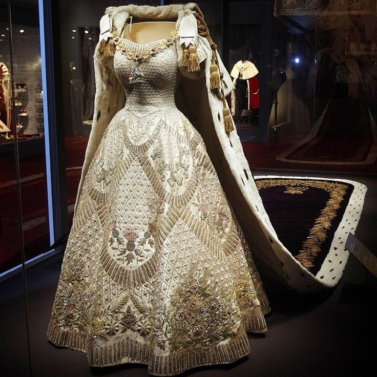 MYROYALS  FASHİON: 'The Queen's Coronation 1953' exhibition at Buckingham Palace in London has opened:  The Queen's Coronation Gown
