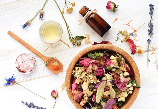 7 przepisów na naturalne kosmetyki DIY. Maski, odżywki, toniki domowej roboty