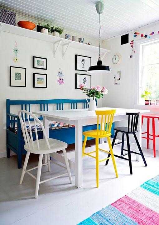 Comedores blancos con sillas de colores - Decoratrix | Decoración, diseño e interiorismo