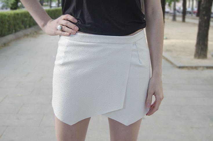 Feliz Sábado!!! Hoy os voy a enseñar a haceros una falda de picos. Esta falda-pantalón / skort / wrap skirt / short / de picos es una tendencia completamente viral. Empezó a ponerse de moda en la primavera del 2013 y actualmente está en casi todas las tiendas y en todos los blogs de moda. Tengo que reconocer que cuando …