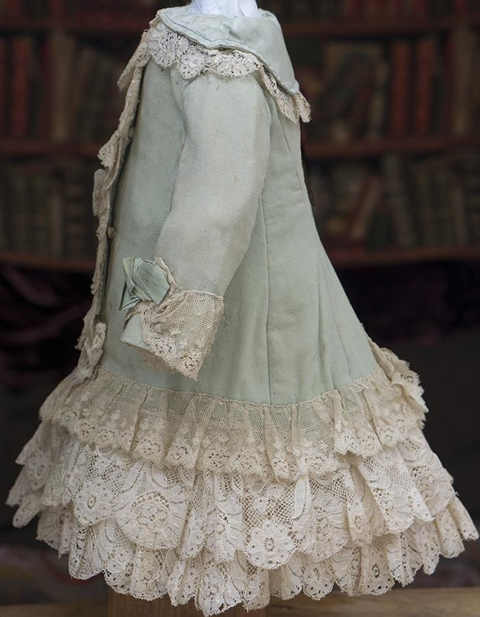 Very beautiful green woolen dress features elaborately arranged lace at collar and bodice, three rows of lace skirt, coat long sleeves, silk collar,