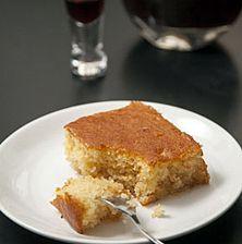Μοσχομυριστό, σιμιγδαλένιο, με παχιά υφή και γεύση, αυτό το γλυκό τρώγεται χειμώνα - καλοκαίρι, ειδικά αν συνοδεύεται με λευκό παγωτό καϊμάκι ή σαντιγύ και γλυκό του κουταλιού βύσσινο