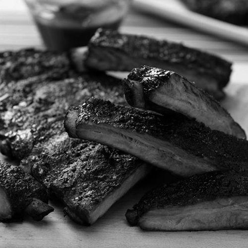 ΧΟΙΡΙΝΑ ΠΛΕΥΡΑΚΙΑ Αργά μαγειρεμένα στο ειδικά κατασκευασμένο καπνιστήριο μας. #thesaltypigathens #smokehousebbqathens