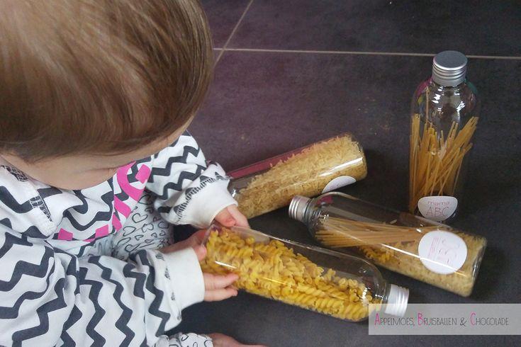 Sensory Bottles maken met spaghetti, rijst en spirelli, heel eenvoudig, goedkoop en super leuk resultaat! Anna is er dol op. https://mamaabc.be/sensory-bottles-spaghetti/