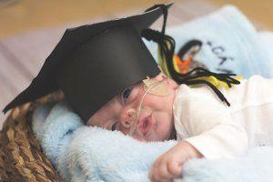 Bebês prematuros ganham formatura ao receberem alta do hospital