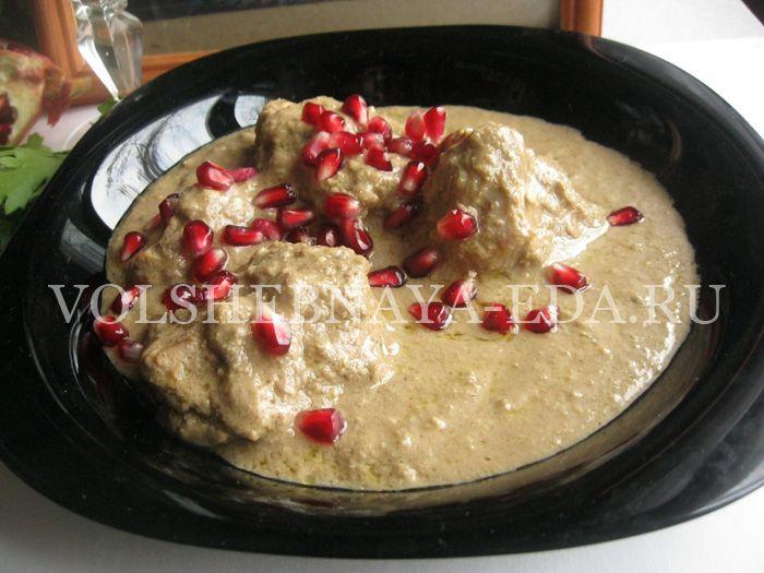 Готовить это блюдо научила меня моя грузинская бабушка, так что рецепт сациви из первы