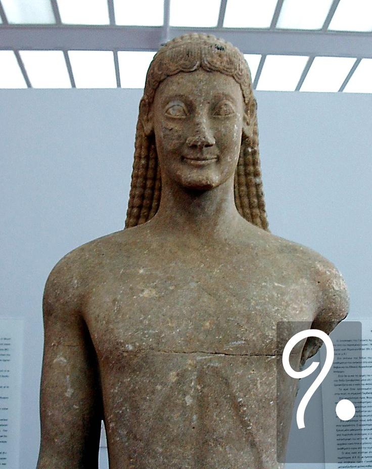 Ma l'Apollo di Delfi, nelle sue dimensioni più modeste, è ancora a anni luce di distanza da Fidia. Si trova, invece, strettamente imparentato con l'arte arcaica dei kouroi (qui, un esempio tebano), e sorride in quello stesso modo già descritto da Saffo. Queste rappresentazioni sono imprigionate nei movimenti, ma esprimono alla perfezione quella felice calma divina raccontata da innumerevoli poesie greche.