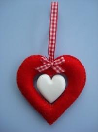 Dag 44 Wie geef jij een mooi zelfgemaakt hart cadeau? Viltpakket hart met zeepje is niet alleen leuk om te maken. Eenmaal af ruikt het ook nog eens lekker door het hartenzeepje in het midden. Dit pakket is ook verkrijgbaar in het roze en blauw. Leuk voor een geboortecadeautje Compleet pakket voor een geurend Hart van Zeep.  Vilten hart ca 8 cm. Pakket is incl zeep en lint. http://www.bijviltenzo.nl/c-1287704/vrolijke-vilt-vriendjes/