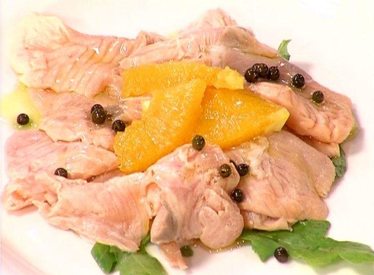 Occorrenti: 300 gr di filetti di salmone; 6 cucchiai di olio extra vergine d'oliva; 2 cucchiai di succo di limone; 2 cucchiai di succo di arancia; 1 cucchiaio di miele; sale q.b.; pepe nero in grani; prezzemolo. Tagliate in diagonale…