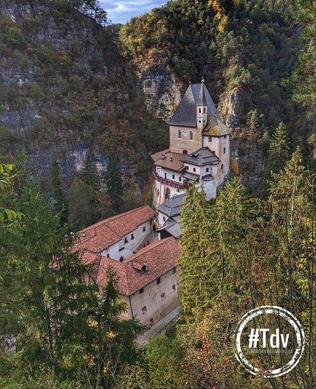 Romeno - Santuario di San Romedio - Val di Non - Collocato su una rupe calcarea alta oltre 70 m., è immerso in una splendida cornice naturale ed è costituito da più chiese e cappelle, che seguono la conformazione della roccia, collegate tra loro da una ripida scala di 131 scalini.
