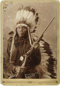 Náčelník Bílý jelenec z kmene Lakotů. Jeho karabina ST 1873 je dost možná kořist…