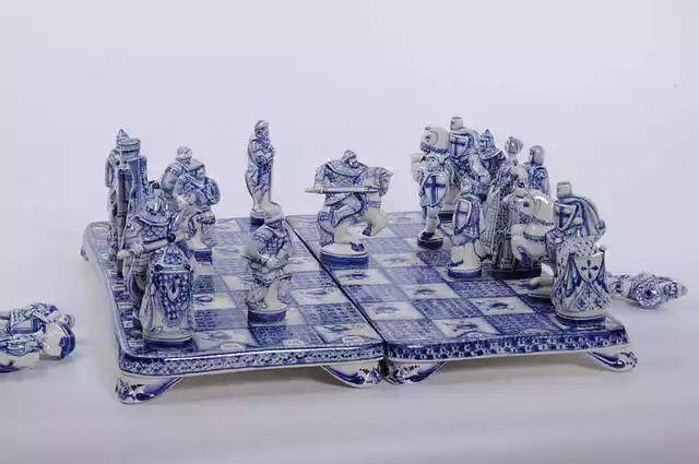"""Шахматы """"Ледовое побоище"""" Автор: Павел Козырь фарфор, роспись кобальтом  #ARTKOZYR"""