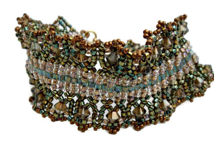 Bracelet perlé avec cubes et rocailles en vert et doré. : Bracelet par barcelonaibizacolors