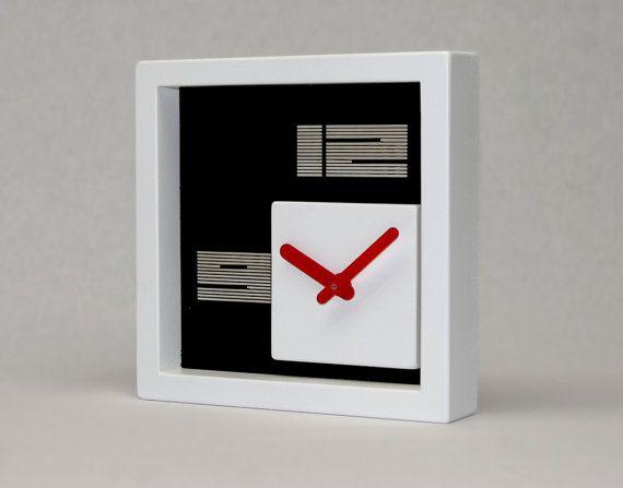 orologio da tavolo quadrato fatto a mano, realizzato con componenti di calcestruzzo e acrilici.