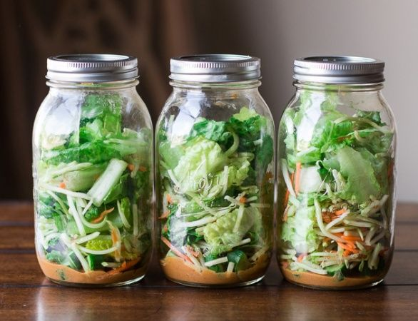 Asijský salát, ke kterému se arašídový dresink velmi hodí, lehce připomíná coleslaw - jen je trochu pikantnější