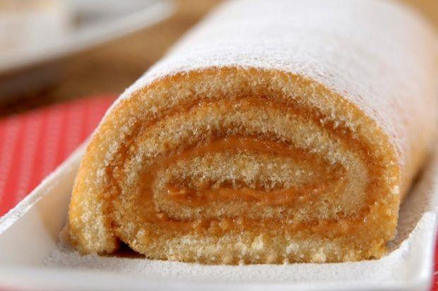 O Rocambole de Doce de Leite fica muito macio e saboroso. Com certeza, vai agradar a todos. Experimente! Veja Também: Bolo Pão de Mel de Liquidificador Vej