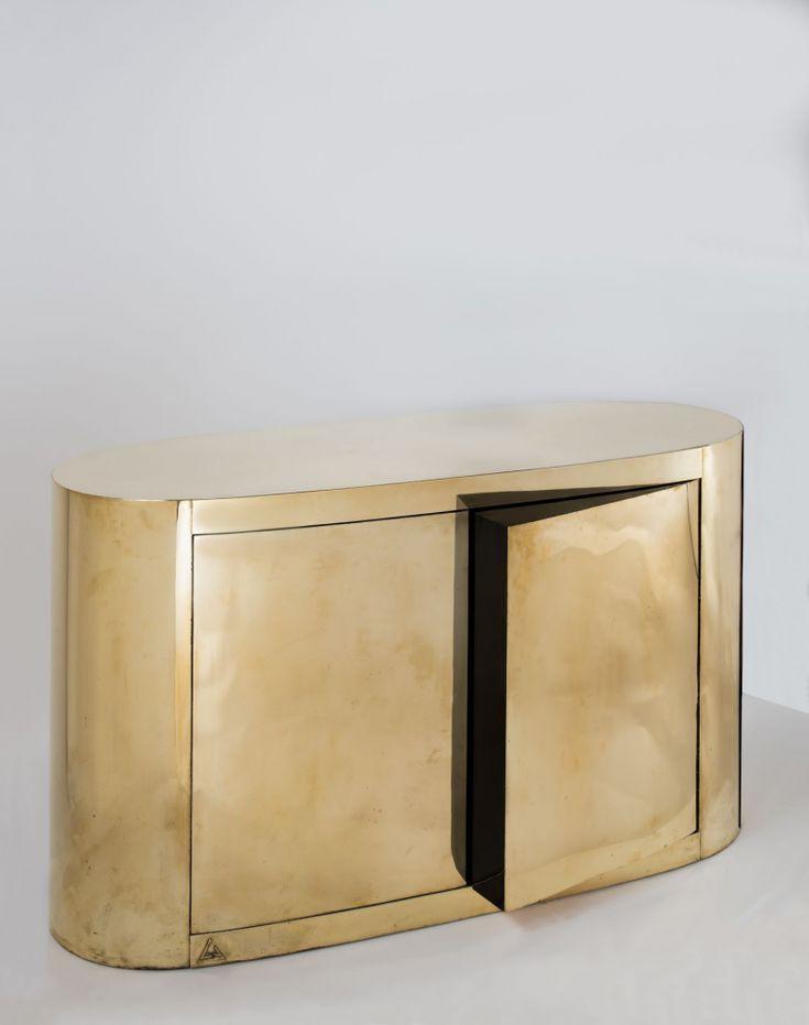 Gabriella CRESPI (Née en 1922) - Meuble-Bar Ovale à deux portes de la série menhir, 1979, bois et laiton