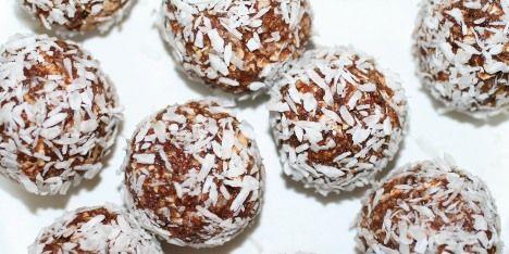 Havregrynskugler i en sund udgave med kokosmel, tørrede abrikoser, honning, nødder og kakao. Super lækkert til juleguf.