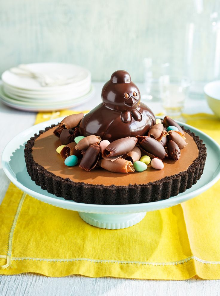 Recette de tarte cocotte au chocolat: recette de Pâques. Ingrédients du dessert: copeaux de chocolat, petits oeufs en sucre ou en chocolat, crème, farine...