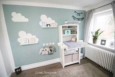 Das ist die zweite Perspektive und der zweite Einblick in Lio's Zimmer   Das 'Teil', welches oben an der Wickelkommode angebracht ist, ist eine Wärmelampe!  Da Lio diesen Winter noch recht jung ist, wollten wir darauf nicht verzichten!  Eine Standwärmelampe fand ich jedoch nicht sehr dekorativ.. Also hat der Papa gebastelt    #kidsroom #Kinderzimmer #babyzimmer #babyroom #baby #babyboy #augustbaby #ikea #ikeazimmer #ikeababy #wolken #wolkenliebe #sternenliebe #deko #weiß #türkis