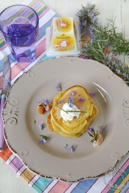 Camosciamo con i #Pancake salati con #trota affumicata, #Delicapra e fiori di #rosmarino #camosciodoro #receipe #food #deliciousfood #camosciare #piccolipiaceri Grazie a Idee Ricette!