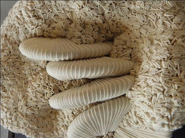 Rendez-vous à La Bresse dans les vosges pour le festival de sculpture Camille Claudel ... Le bois , le granit et puis le tissu surtout le tissu ... Et puis ça tombe bien , quelqu'un cause dans le micro : c'est notre fameuse Simone Pheulpin qui explique...