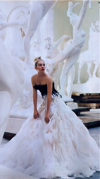 Sienna Miller in Marchesa, photographed by Mario Testino for Vogue. | stylissima.co.il