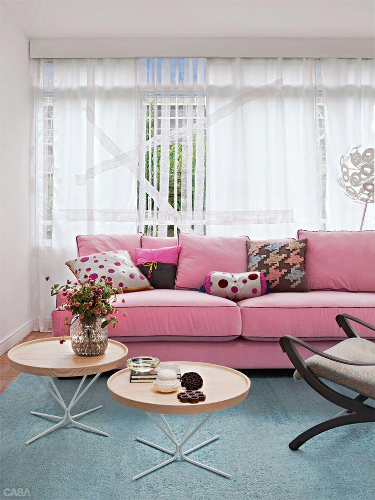 Me encantaron estas mesas de centro retro, aunque no puedo decir lo mismo de ese sofá rosado...