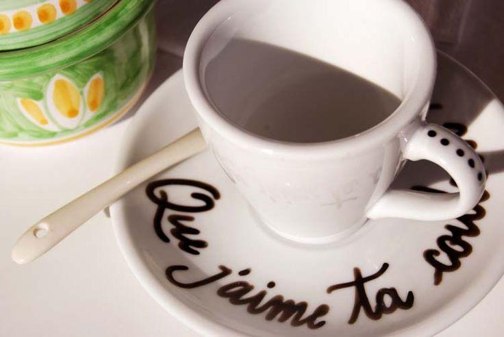 """Handwriting on Coffee cups """"Que j'aime ta couleur cafè""""."""