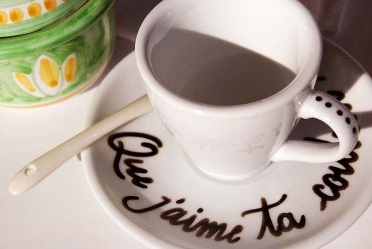 "Handwriting on Coffee cups ""Que j'aime ta couleur cafè""."