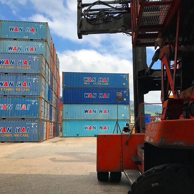【littlettttt】さんのInstagramをピンしています。 《#wanhai #whl #interasia #cmacgm #apl #Container #containership #sky #sea #photography #萬海 #萬海航運 #達飛輪船 #美國總統輪船 #貨櫃 #集裝箱 #空 #海 #攝影》