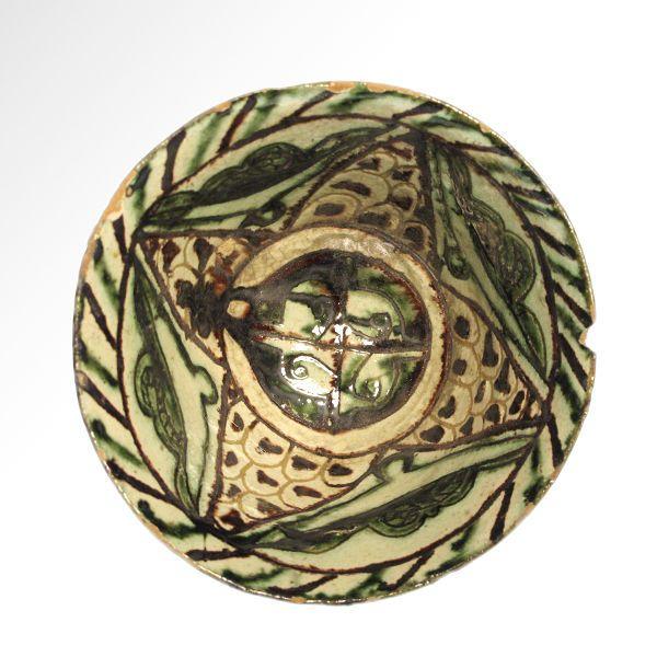 Perzische Bamyian geglazuurde aardewerk Bowl 11 cm D  Met affakkelen zijden ingericht in gegraveerde patroon van arabesken en underglaze geschilderd in groen en donkerbruin met magnese gele achtergrond.Afmeting: 11 cm D - 4 3/8 inch 5.8 cm H - 2 5/16 inchMateriaal: TerracottaCultuur: Perzische Bamyian c. 12e eeuw A.DVoorwaarde: Kleine chip aan rim anders intactHerkomst: Eerder in de collectie van Mr. A. Sultani Londen verwierf in de jaren 1980.De verkoper garandeert dat dit item legaal…