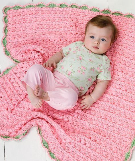 """Häkle diese Decke aus weichem """"Baby Steps""""-Garn, um dein Baby weich und kuschelig einzuwickeln. Der Muschelrand ist das i-Tüpfelchen."""