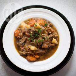 Lamm Eintopf im Slow Cooker / Ich verwende Lammhalse für dieses Gericht, denn die bekommt man oft sehr preisgünstig und sie eignen sich super für dieses Gericht. Mach ich ganz oft im Winter.@ de.allrecipes.com