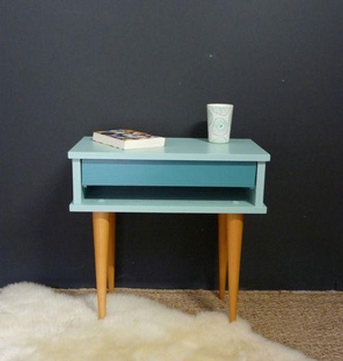 Table de nuit vintage rénovée dans des tons vert d'eau pour la douceur et bleu turquoise pour une note tonique. Elle pourra également être utilisée ...