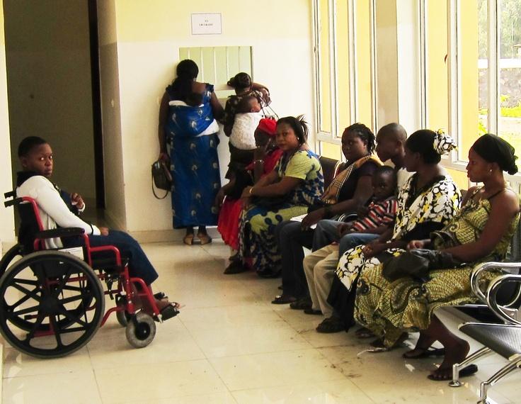 Kvinner venter på behandling ved Kyeshero sykehus