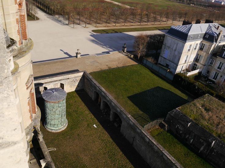 Vue des toits de la reproduction de 1864 sur plaques de cuivre de la partie basse du fût de la colonne de Trajan placée dans les douves sèches du château.  (C) MAN / P. Fallou