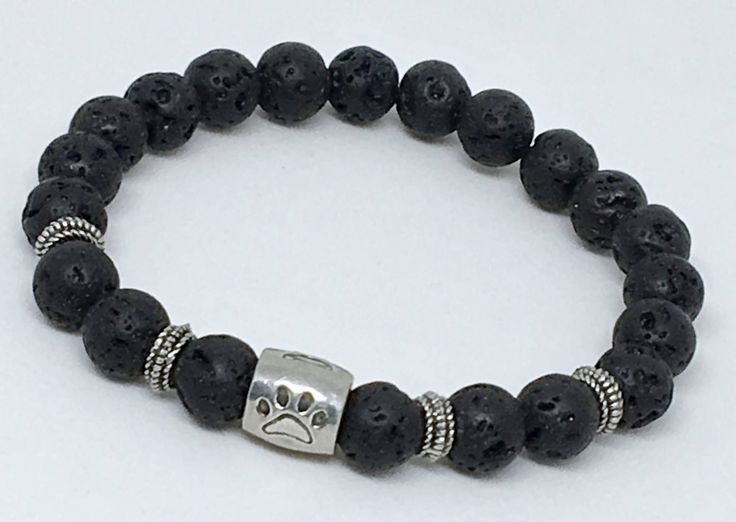 Bracelet personnalisable de billes en pierre de lave avec bille à motif empreinte de chien en étain