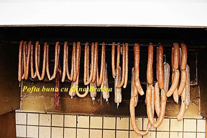 Carnati virsli reteta traditionala, sunt carnati foarte picanti, facuti din carne de oaie sau din carne de oaie cu vita sau capra. Sunt picanti, suculenti, extrem de gustosi, genul acela de carnati cu totul deosebiti si savurosi.
