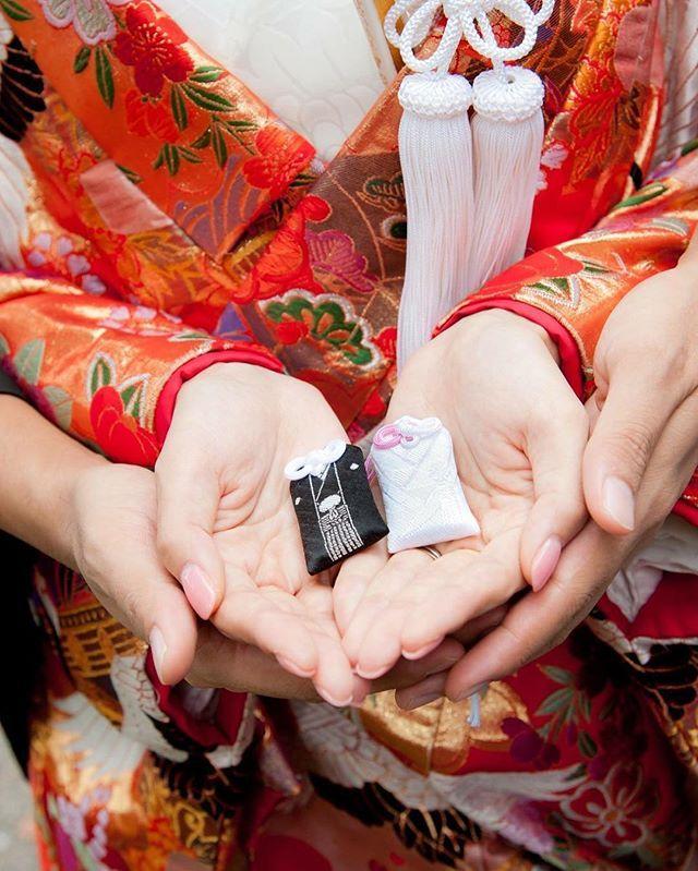 * 和装前撮り② * #乃木神社 の #よりそひ守 * 絶対使いたかったアイテムの一つ。 色打掛の柄も綺麗にうつって良かったです * ハワイでロケはネイルが白飛びしやすいと学んだので 今回は少し濃いめのピンクにしたら大正解でした❣️ * ウェルカムボードに使う写真選ばないと〜 毎日忙しいなあ。 家でゴロゴロが好きだから早く結婚式終えたい。笑 * #結婚式準備 #和装前撮り #ウェディングフォト #プレ花嫁 #ホテル婚 #2016秋婚 #2016冬婚 #日本中のプレ花嫁さんと繋がりたい #結婚式まで38日 #入籍まで38日 # #結婚準備 #前撮り #フォトウェディング #色打掛 #和婚 #華雅苑 #清澄庭園