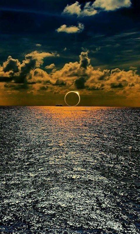Güney Pasifik okyanusu üzerinde güneş tutulması.