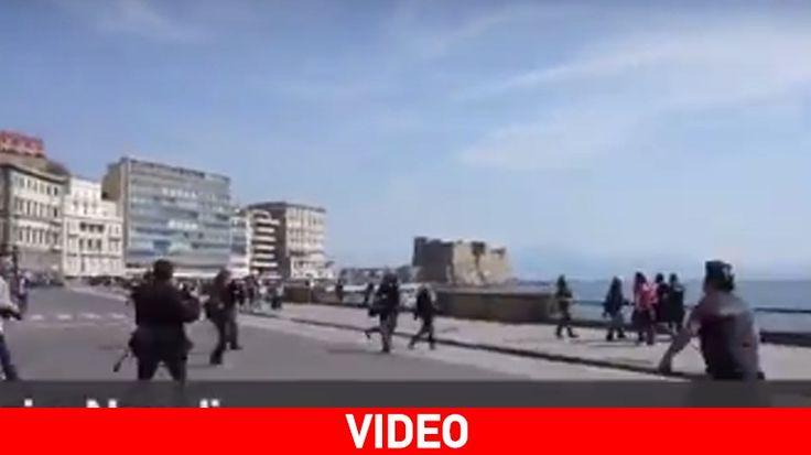 [Ζούγκλα]: Συμπλοκές αστυνομίας - διαδηλωτών στη Νάπολη | http://www.multi-news.gr/zougla-simplokes-astinomias-diadiloton-sti-napoli/?utm_source=PN&utm_medium=multi-news.gr&utm_campaign=Socializr-multi-news