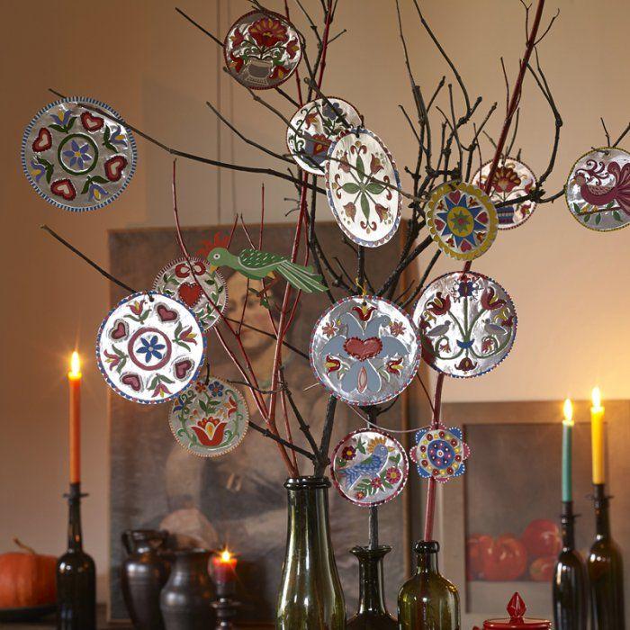 Des boules de Noël en métal repoussé