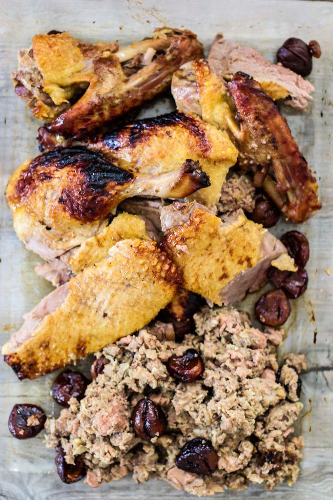 Encore une bonne recette de volaille farcie pour les fêtes. L'alliance entre le foie gras, le cognac et les marrons c'est juste parfait. Vous pouvez farcir votre volaille quelques heures à l'avance et la garder au frais jusqu'au moment de la cuire, ainsi...