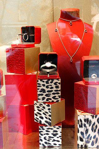 Cartier decora su escaparate navideño con cajitas de color rojo combinadas con estampados de leopardo.