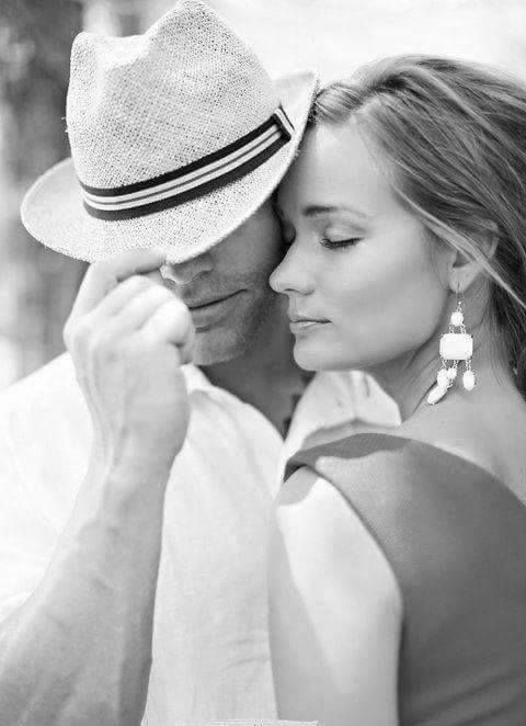 Se você tiver   que escolher   entre ser bom   ou especial,   escolha   ser   bom   porque   ESPECIAL você   Já é...   O amor é um   sentimento doce como o mel…   Intocável como o vento…   Misterioso como o mar…   Quente como o sol…   Essencial como o ar…   e especial como você!!!   Tu és a pessoa mais linda   da   minha vida.