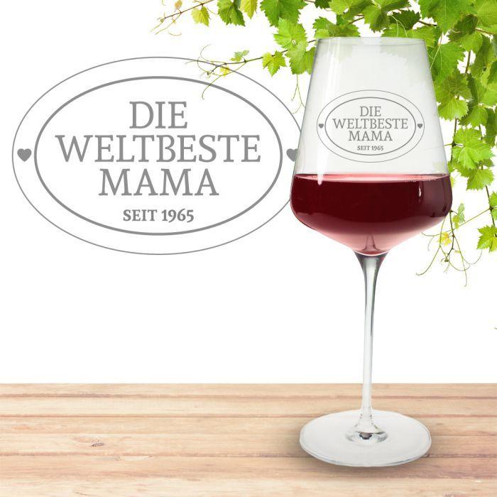 Das hochwertige Weinglas mit Jahreszahl für die weltbeste Mama ist mit einem schönen Rahmen graviert, in dem die persönliche Botschaft für Deine Mama steht. via: www.monsterzeug.de
