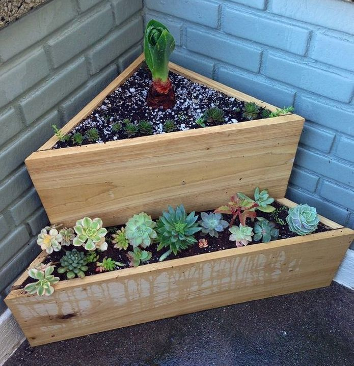 Corner pallet creations are just getting more and trendier with every passing day. People like them being cornered as here they can grab more attention. Same approach is applied on this wooden pallet recycled multi tiered pallet garden, place it in a corner of your patio and enjoy the fragrance of your favorite annuals.