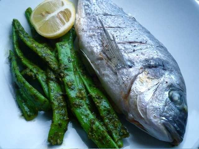 Ugnsstekt fisk med bönor i salsa verde | Recept på Taffel