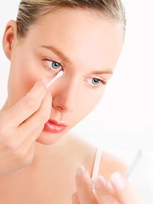 Si vas a meterte a la cama muy cansada, utiliza este otro truco de belleza: aplícate un poco de aceite de ricino sobre los párpados y alrededor de los ojos. ¡Así evitarás las ojeras!